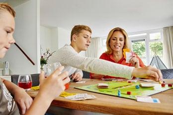 Moeder speelt Monopoly met haar 2 zoons