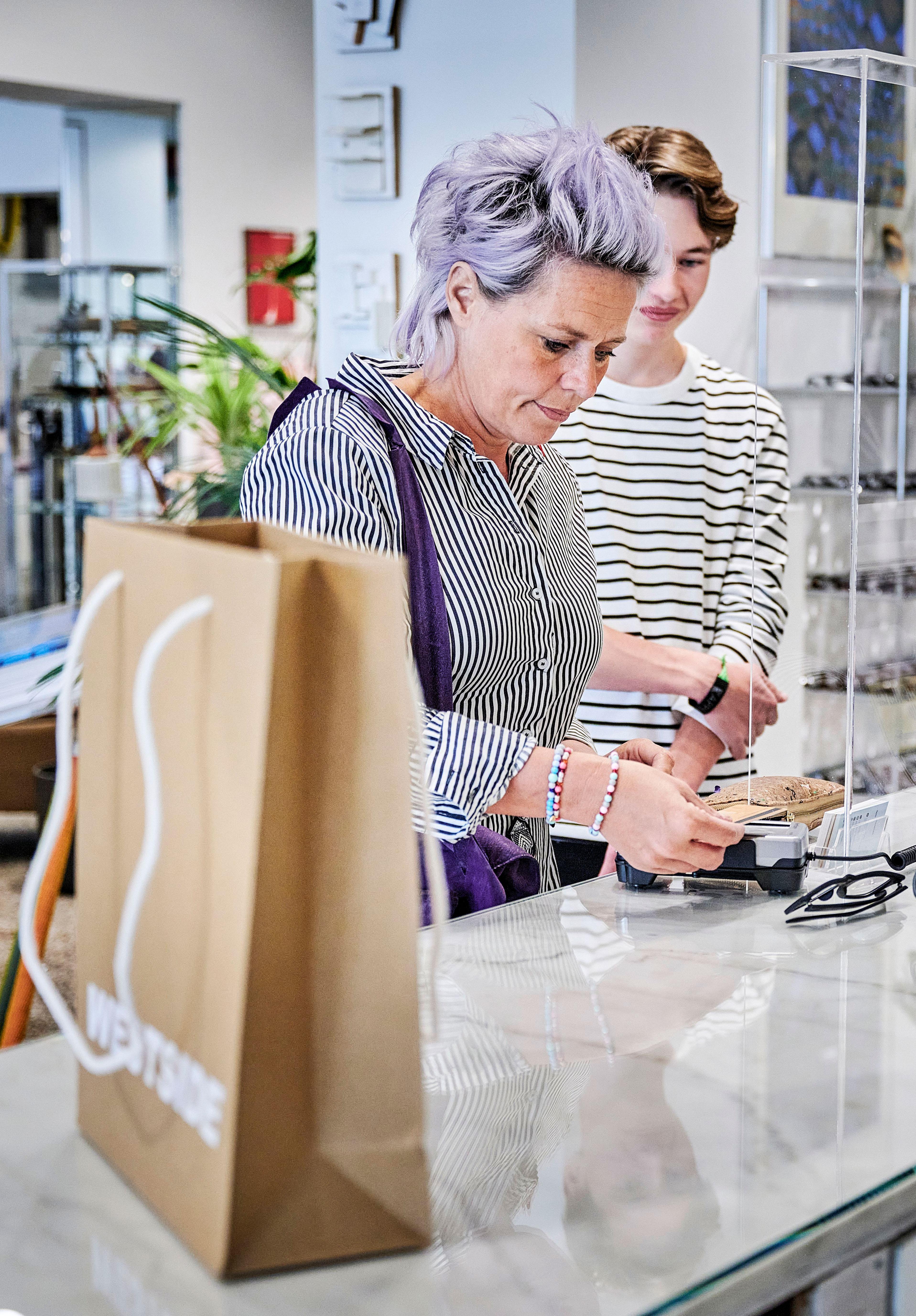 Vrouw en dochter betalen met pin in buitenlands winkel