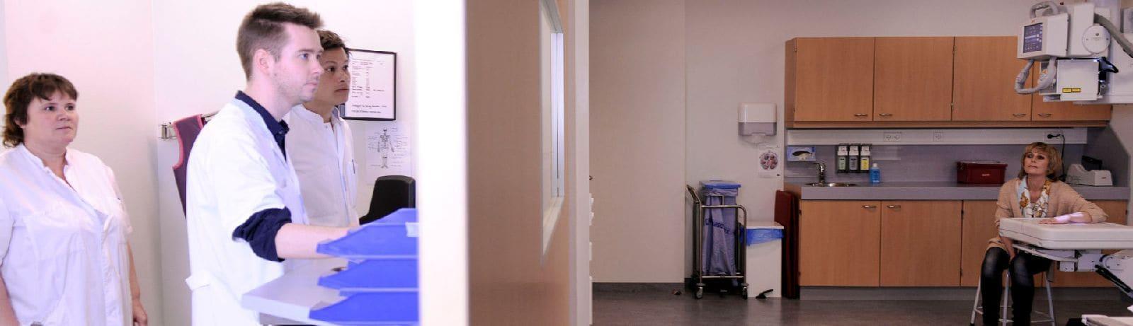 artsen-in-ziekenhuis-bekijken-rontgenfoto