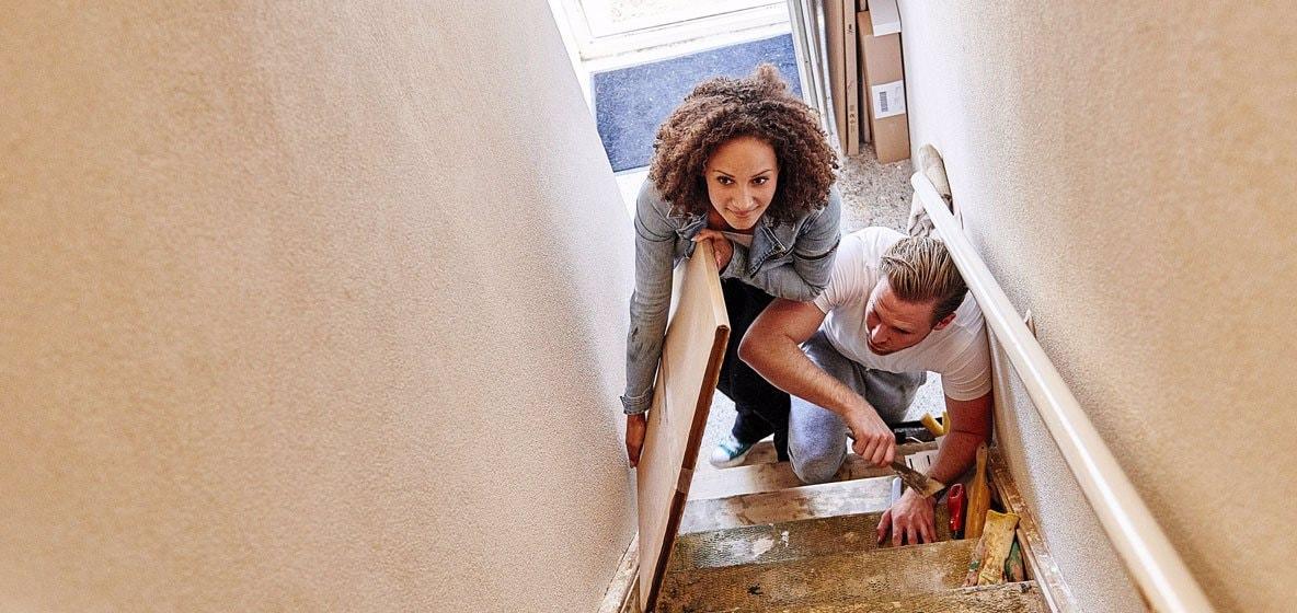 Jong stel loopt elkaar vrolijk in de weg op de trap