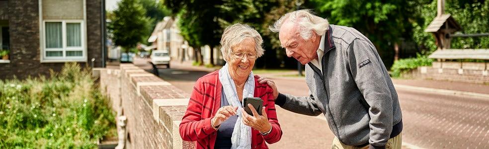 Ouder stel samen met telefoon