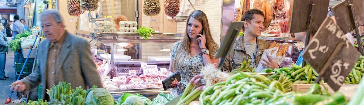 Mensen-doen-aankopen-in-groothandel-bij-groente-afdeling