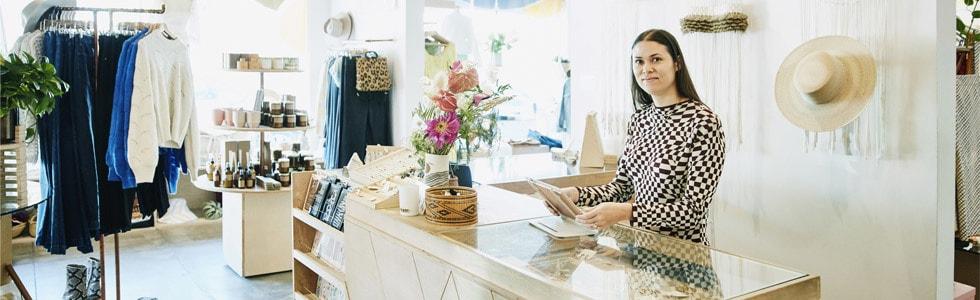 Afbeelding van een startende ondernemer in haar zaak