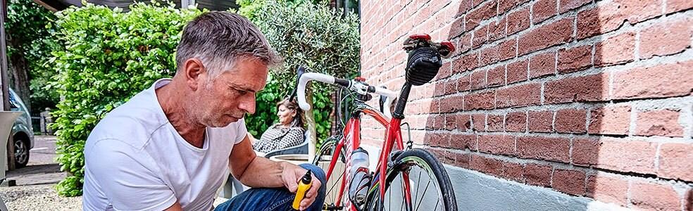 Man sleutelt aan fiets