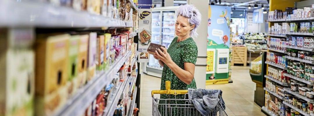 Klant bekijkt product in supermarkt