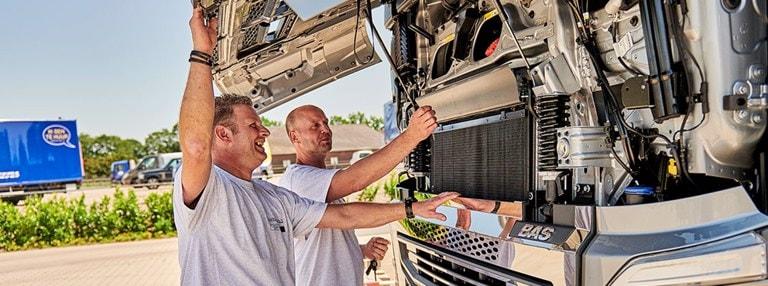 Ondernemers met hun geleasete vrachtwagen