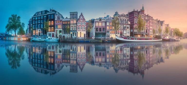 Huizen in stad aan het water