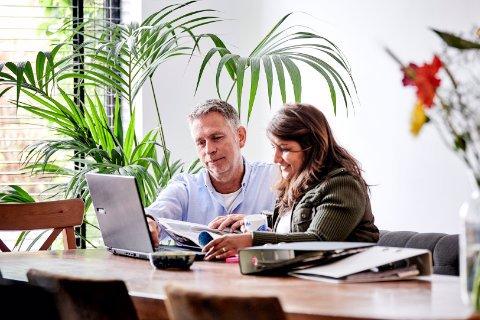 Man en vrouw volgen een cursus achter de laptop