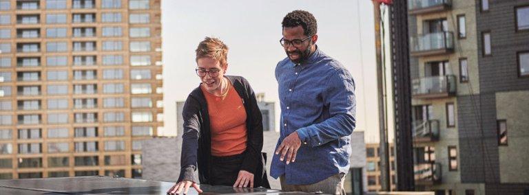 Twee mensen op dakterras bekijken oppervlak