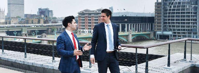 Mannen in pak in gesprek
