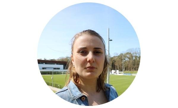 Portet Nina Seepers: witte vrouw buiten bij voetbalveld